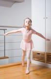 Übendes Ballett des kleinen Mädchens Lizenzfreie Stockfotografie