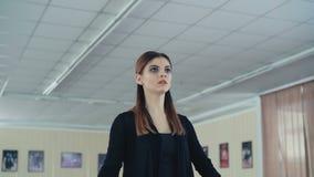 Übendes Ballett des würdevollen Mädchens im Tanzstudio in 4K stock video footage