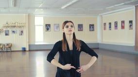 Übendes Ballett des würdevollen Mädchens im Tanzstudio in 4K stock footage