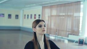 Übendes Ballett des würdevollen Mädchens im Tanzstudio in 4K stock video