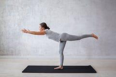 Übendes modernes Yoga der Frau Eine Reihe Yogahaltungen Stockfotos