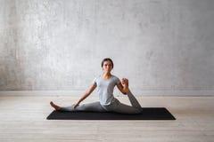 Übendes modernes Yoga der Frau Eine Reihe Yogahaltungen Lizenzfreies Stockbild