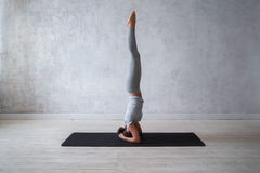 Übendes modernes Yoga der Frau Eine Reihe Yogahaltungen Stockfoto