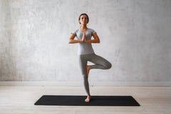 Übendes modernes Yoga der Frau Eine Reihe Yogahaltungen Lizenzfreie Stockfotografie