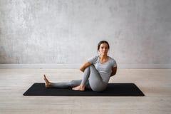 Übendes modernes Yoga der Frau Eine Reihe Yogahaltungen Stockfotografie