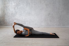 Übendes modernes Yoga der Frau Eine Reihe Yogahaltungen Stockbilder