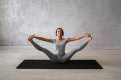 Übendes modernes Yoga der Frau Eine Reihe Yogahaltungen Stockbild