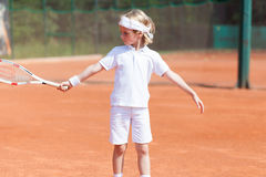 Übendes Tennis des blonden Jungen Lizenzfreies Stockfoto