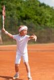 Übendes Tennis des blonden Jungen Lizenzfreie Stockfotografie
