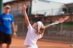Übendes Tennis des blonden Jungen Stockbilder