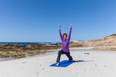 Übendes Yoga auf dem Strand Lizenzfreie Stockbilder