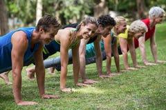 Übendes Yoga der Eignungsklasse lizenzfreie stockfotografie