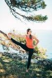 Übendes Yoga der Frau stockfotos
