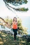 Übendes Yoga der Frau lizenzfreie stockfotos