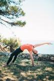 Übendes Yoga der Frau lizenzfreie stockbilder