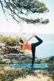 Übendes Yoga der Frau Lizenzfreies Stockfoto