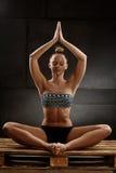 Übendes Yoga der Frau Stockfoto