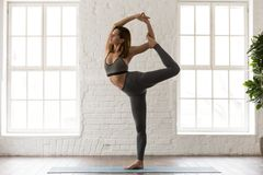 Übendes Yoga der Frau, Natarajasana-Übung tuend, Lord des Tanzes stockfotos