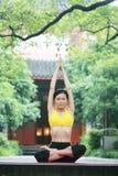 Übendes Yoga der jungen chinesischen Frau im Freien Lizenzfreie Stockfotografie