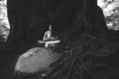 Übendes Yoga der jungen Frau draußen Lizenzfreie Stockfotos