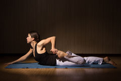 Übendes Yoga der jungen Frau, gesunder Lebensstil lizenzfreie stockfotos