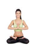 Übendes Yoga der jungen Frau im Lotussitz Stockfoto