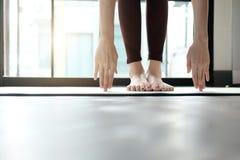 Übendes Yoga der jungen Frau zu Hause Stockbild