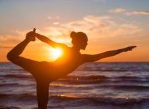 Übendes Yoga der kaukasischen Eignungsfrau Stockfotos