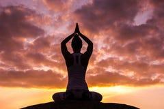 Übendes Yoga der kaukasischen Eignungsfrau Stockbild