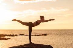 Übendes Yoga der kaukasischen Eignungsfrau Stockbilder