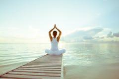 Übendes Yoga der kaukasischen Frau lizenzfreie stockfotografie