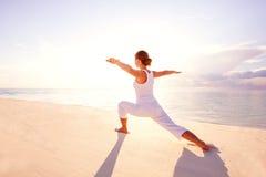 Übendes Yoga der kaukasischen Frau Lizenzfreie Stockbilder