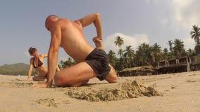 Übendes Yoga der Leute stock video footage
