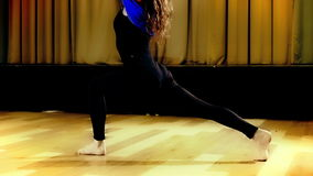 Übendes Yoga in der Luft Lizenzfreies Stockbild