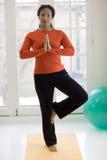 Übendes Yoga der recht schwarzen Frau Lizenzfreies Stockfoto