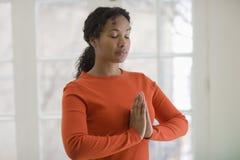 Übendes Yoga der recht schwarzen Frau Lizenzfreie Stockfotografie