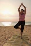 Übendes Yoga der reifen Frau im Park Stockbild