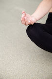 Übendes Yoga der Schönheit am Strand Lizenzfreie Stockfotos