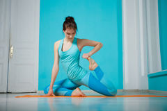 Übendes Yoga des Athleten in der Turnhalle Lizenzfreies Stockfoto