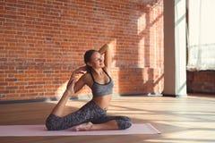 Übendes Yoga des attraktiven Mädchens Stockfotografie