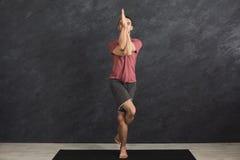 Übendes Yoga des jungen flexiblen Mannes an der Turnhalle Lizenzfreie Stockfotos