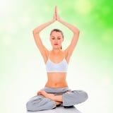 Übendes Yoga des jungen Mädchens Lizenzfreie Stockfotos