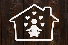 Übendes Yoga des Papiermannschattenbildes im Haus, Gesundheitskonzept Lizenzfreie Stockfotografie
