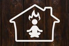 Übendes Yoga des Papiermannschattenbildes im Haus, Gesundheitskonzept Stockbild