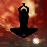 Übendes Yoga des Schattenbildes im Himmel Stockbild