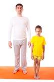 Übendes Yoga des Vatis mit der Tochter lokalisiert Lizenzfreies Stockfoto