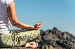 Übendes Yoga im Freien Lizenzfreie Stockbilder