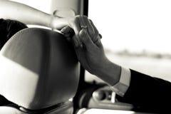 Über allen Umständen hinaus - Braut erreicht ihre Hand zu einem Bräutigam Lizenzfreies Stockbild