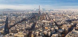 Über Ansicht des Eiffelturms und der Straßen in Paris Stockfotografie