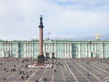 über Ansicht des Palast-Quadrats und des Winter-Palastes Lizenzfreie Stockbilder